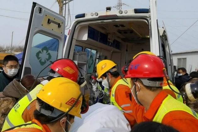 တရုတ်မိုင်းတွင်းရဲ့ မြေအောက်မှာ ၁၄ ရက်ကြာ ပိတ်မိနေခဲ့တဲ့ မိုင်းတွင်းလုပ်သား ၁၁ ဦးကို ကယ်ထုတ်နိုင်ခဲ့